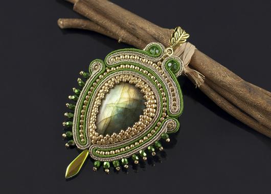 Biżuteria sutasz z kamieniami