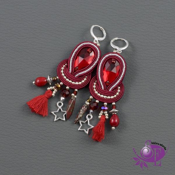 Biżuteria sutasz w czerwonym kolorze w Bożonarodzeniowych stylizacjach